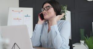 Donna di affari che comunica sul telefono mobile archivi video