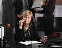 Donna di affari che comunica sulla cuffia avricolare Immagine Stock Libera da Diritti