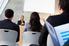 Donna di affari che consegna presentazione alla conferenza Immagine Stock Libera da Diritti