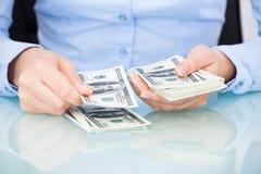 Donna di affari che conta banconota Fotografia Stock Libera da Diritti