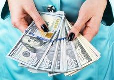 Donna di affari che conta soldi in mani Manciata di soldi Soldi d'offerta Le mani del ` s delle donne tengono le denominazioni de Fotografia Stock Libera da Diritti