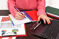 Donna di affari che controlla bilancio fotografie stock