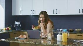 Donna di affari che controlla email Free lance femminili di pensiero che lavorano al computer stock footage