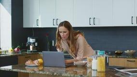 Donna di affari che controlla email Persona concentrata che esamina computer portatile stock footage