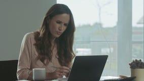 Donna di affari che controlla i documenti Ritratto del primo piano di signora concentrata video d archivio