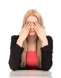 Donna di affari che copre i suoi occhi Immagini Stock
