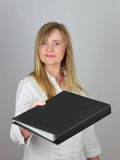 Donna di affari che cosegna il dispositivo di piegatura di lima Immagine Stock Libera da Diritti