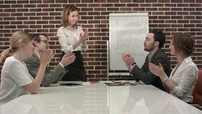 Donna di affari che dà presentazione su flipchart Riunione d'affari nell'ufficio immagini stock
