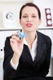 Donna di affari che dà un manichino del `s del bambino al suo bambino. Fotografia Stock