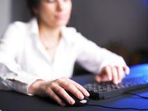 Donna di affari che digita sulla tastiera di calcolatore fotografia stock libera da diritti