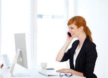 Donna di affari che discute a fondo telefono cellulare Fotografia Stock