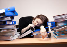 Donna di affari che dorme all'ufficio Fotografia Stock