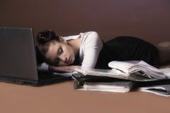 Donna di affari che dorme davanti al computer portatile fotografia stock libera da diritti