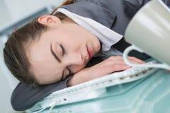 Donna di affari che dorme nell'ufficio immagine stock libera da diritti