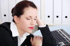 Donna di affari che dorme nell'ufficio. Fotografie Stock