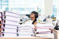 Donna di affari che dorme nell'ufficio con i molti lavoro Fotografia Stock Libera da Diritti