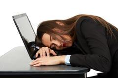 Donna di affari che dorme sul suo computer portatile Immagini Stock