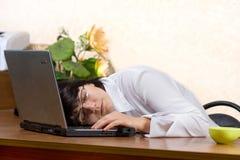 Donna di affari che dorme sullo scrittorio Fotografia Stock Libera da Diritti