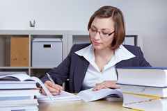 Donna di affari che effettua ricerca Immagini Stock