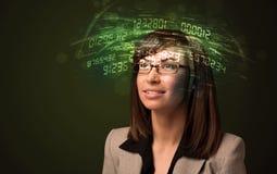 Donna di affari che esamina i calcoli alta tecnologia di numero immagine stock libera da diritti