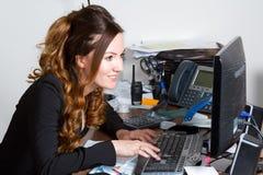 Donna di affari che esamina il video del calcolatore immagine stock libera da diritti