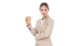 Donna di affari che esamina la macchina fotografica con la tazza di caffè Immagini Stock Libere da Diritti
