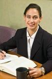 Donna di affari che esamina la macchina fotografica - nella fine Fotografia Stock