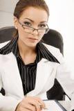 Donna di affari che esamina macchina fotografica Fotografia Stock Libera da Diritti