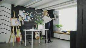 Donna di affari che explaing il modo dal telefono all'ufficio moderno archivi video