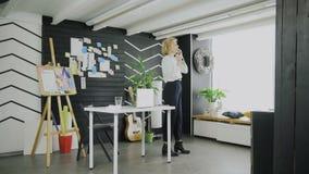 Donna di affari che explaing il modo dal telefono all'ufficio moderno stock footage