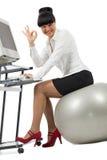 Donna di affari che fa esercitazione con una sfera Immagine Stock
