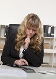 Donna di affari che fa i calcoli Fotografia Stock Libera da Diritti