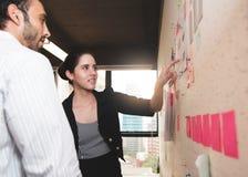 Donna di affari che fa riunione di 'brainstorming' Fotografia Stock Libera da Diritti