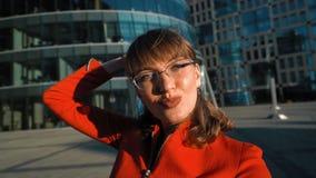Donna di affari che fa selfie stock footage