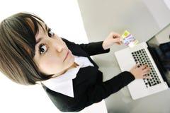 Donna di affari che fa transazione in linea dei soldi Fotografia Stock