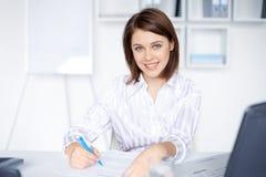 Donna di affari che fa un certo lavoro di ufficio in ufficio Fotografie Stock