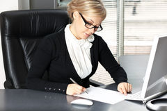 Donna di affari che firma un contratto immagini stock libere da diritti