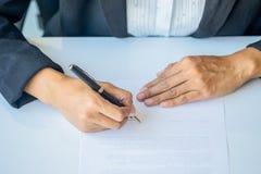 Donna di affari che firma un contratto Fotografia Stock Libera da Diritti