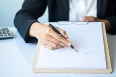 Donna di affari che firma un contratto Fotografie Stock