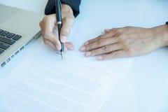 Donna di affari che firma un contratto Immagine Stock Libera da Diritti
