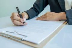 Donna di affari che firma un contratto (fuoco selettivo) Fotografia Stock Libera da Diritti