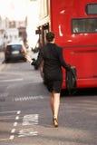 Donna di affari che funziona per il bus Immagini Stock Libere da Diritti