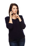 Donna di affari che gesturing dito sulle labbra Fotografie Stock Libere da Diritti