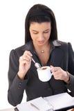 Donna di affari che gode del cappuccino Immagini Stock Libere da Diritti