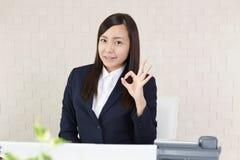 Donna di affari che gode del successo Fotografie Stock Libere da Diritti