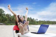 Donna di affari che gode di bella spiaggia Immagini Stock