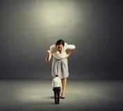 Donna di affari che grida al piccolo uomo Fotografie Stock Libere da Diritti