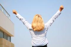 Donna di affari che grida la sua vittoria al mondo Fotografie Stock Libere da Diritti