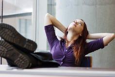 Donna di affari che guarda al soffitto Immagini Stock