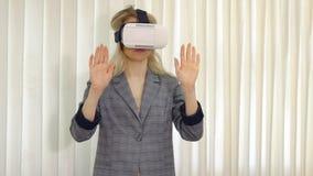 Donna di affari che guarda con il dispositivo di VR in ufficio fotografie stock libere da diritti